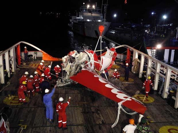 Uma parte da cauda do avião da AirAsia é visto no convés do navio de resgate Crest Onyx no domingo (11) próximo à cidade de Pangkalan Bun, um dia após ter sido retirado do fundo do mar  (Foto: Darren Whiteside/Reuters)