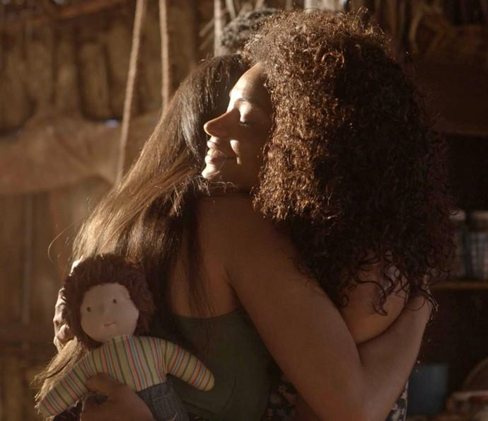 Dora agradece presente de Yumi (Foto: TV Globo)
