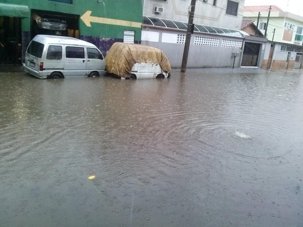 Rua próxima a Linha Amarela ficou alagada em São Vicente (Foto: Thailson Marques Souza/VC no G1)