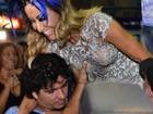 Sabrina Sato ganha 'ajudinha especial' durante ensaio da Vila Isabel