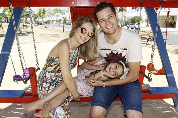 Pedro Leonardo e Thais Gebelein se divertem com a filha no parquinho do condomínio fechado (Foto: Celso Tavares/EGO)