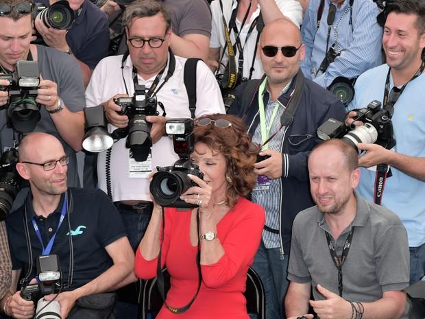 A atriz italiana Sophia Loren segura uma câmera ao lado dos fotógrafos na edição 67 do Festival de Cannes (Foto: Bertrand Langlois/AFP)