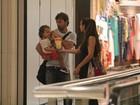 Marcelo Faria curte passeio com a filha e a mulher em shopping do Rio
