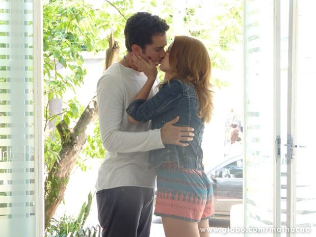 Anita não resiste e os dois se beijam (Foto: Malhação / TV Globo)