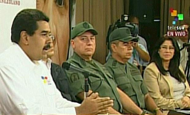 Na TV, o vice-presidente venezuelano Nicolás Maduro denuncia 'conspiração' ao reunir comando político e militar (Foto: AFP/Telesur)