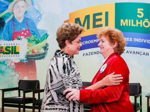 Presidenta Dilma Rousseff cumprimenta Delci Lutz, representando simbolicamente os 5 milhões de Micro Empreendedores Individuais Formalizados durante celebração da marca de 5 milhões de MEIs (Foto: Roberto Stuckert Filho/Presidência)