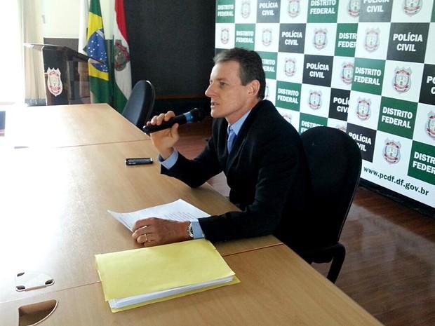 O delegado-chefe da DRF, Fernando César Costa, durante coletiva sobre a operação Revés, que prendeu sete pessoas por fraude em pagamento de boletos no BRB; prejuízo foi de R$ 3,88 milhões (Foto: Polícia Civil/Divulgação)