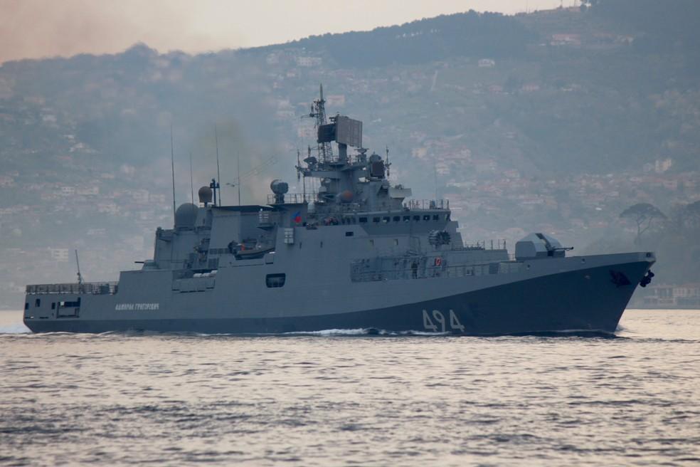 Fragata russa Almirante Grigorovich desloca-se próximo ao estreito de Bósforo rumo à costa turca do Mar Mediterrâneo, que também banha a Síria, após EUA atacarem governo de Bashar Al-Assad, aliado dos russos. (Foto: Yoruk Isik / Reuters)