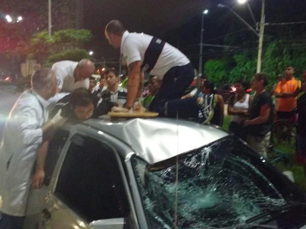 Vítima estava consciente no momento da queda e foi levado a hospital em Santos (Foto: G1)