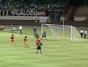 Guilherme, ex-atacante do Galo, contra o Cobreloa (Foto: Reprodução / TV Globo Minas)