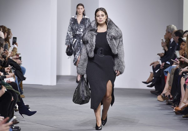 Ashley Graham, na passarela da Michael Kors (Foto: Getty Images)