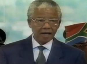 Nelson Mandela durante discurso após assumir a presidência da África do Sul (Foto: Reprodução Internet/Youtube)