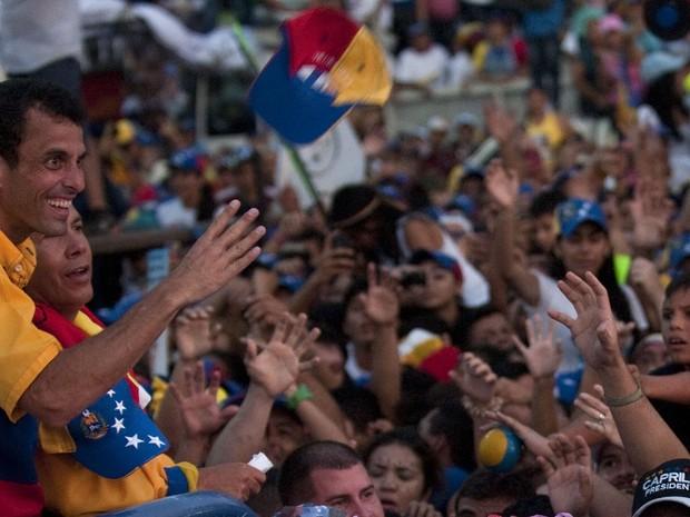 Candidato da oposição na Venezuela, Henrique Capriles faz em comício em Barquisimeto, no estado de Lara. (Foto: Raul Arboleda/AFP)