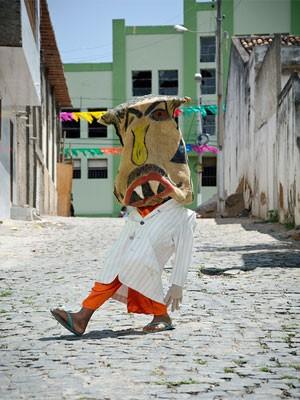 Caipora nas ruas de Pesqueira (Foto: Chico Ludermir/Divulgação Fundarpe)