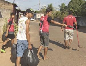 Os atletas tiveram que limpar as calçadas para garantir a participação na Super Copa (Foto: Reprodução/ TV Rondônia)