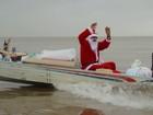 No Amapá, Papai Noel usa 'voadeira' para entregar presentes