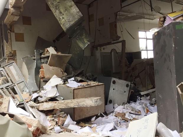 Bancos ficaram destruídos com a ação criminosa (Foto: David de Tarso/TV Fronteira)