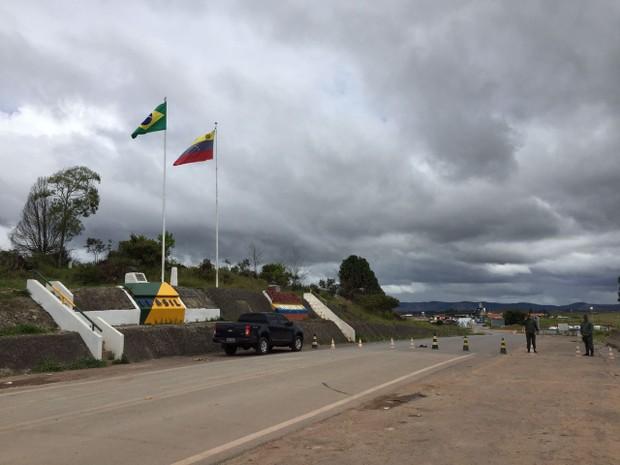 Fronteira entre Brasil e Venezuela, no Norte de Roraima, está fechada com cones na manhã desta segunda-feira (19) (Foto: Inaê Brandão/G1 RR)