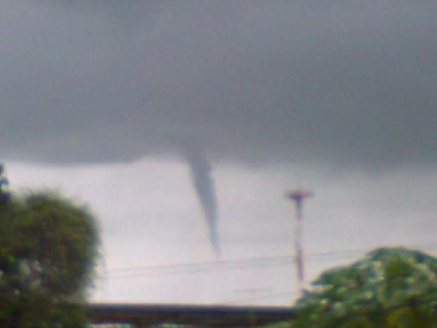 Funil de nuvens foi visto em São Gonçalo (Foto: Chrstiane Marcelano de Freitas/ VC no G1)