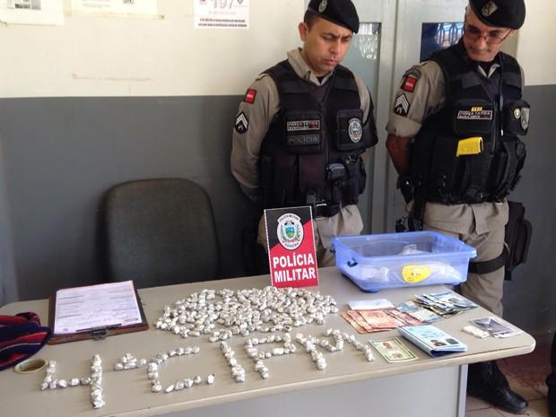Polícia apreendeu mais de 300 papelotes de maconha (Foto: Walter Paparazzo/G1)