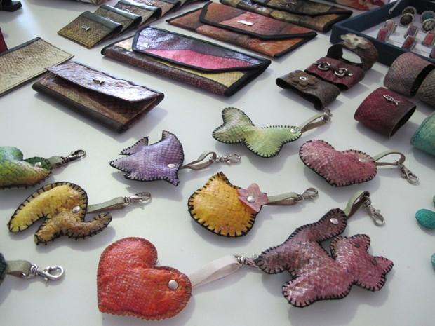 Produtos feitos com o couro do peixe em Guarujá, SP (Foto: Mariane Rossi/G1)