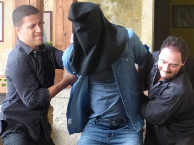Cassiano é levado a masmorra (Foto: Flor do Caribe/TV Globo)