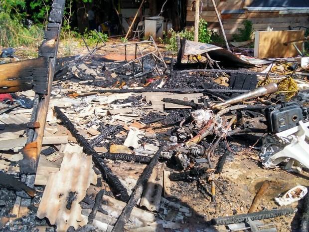 Fogo destruiu tudo, até um videogame comprado recentemente para crianças (Foto: Osvaldo Nóbrega/TV Morena)
