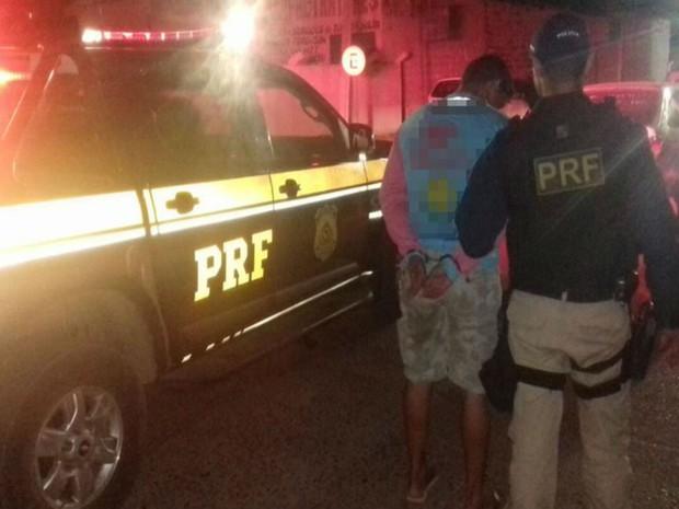 Homem foi encaminhado até a delegacia de Uauá, na Bahia (Foto: Divulgação / PRF)