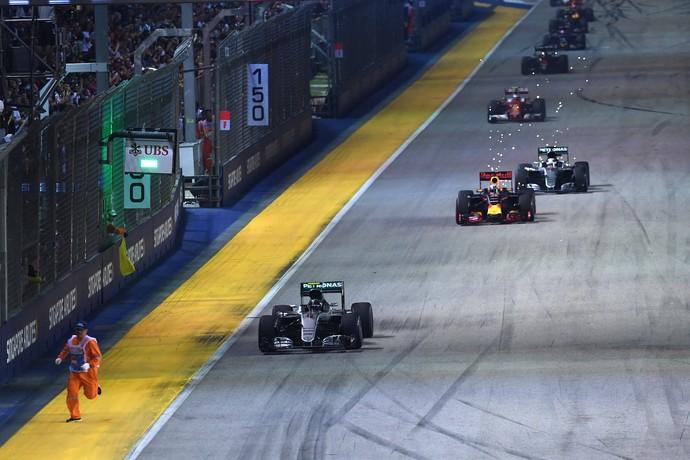 Fiscal estava na pista tirando detritos quando relargada do GP de Cingapura foi dada (Foto: AFP)