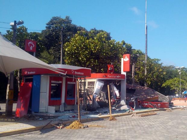 Grupo invade condomínio particular e explode caixas eletrônicos no litoral (Foto: Alexandre Valdivia/TV Tribuna)