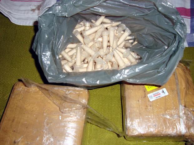 Jovem de 16 anos estava com nove flaconetes de cocaína em rua (Foto: Osni Martins/Polícia Militar)