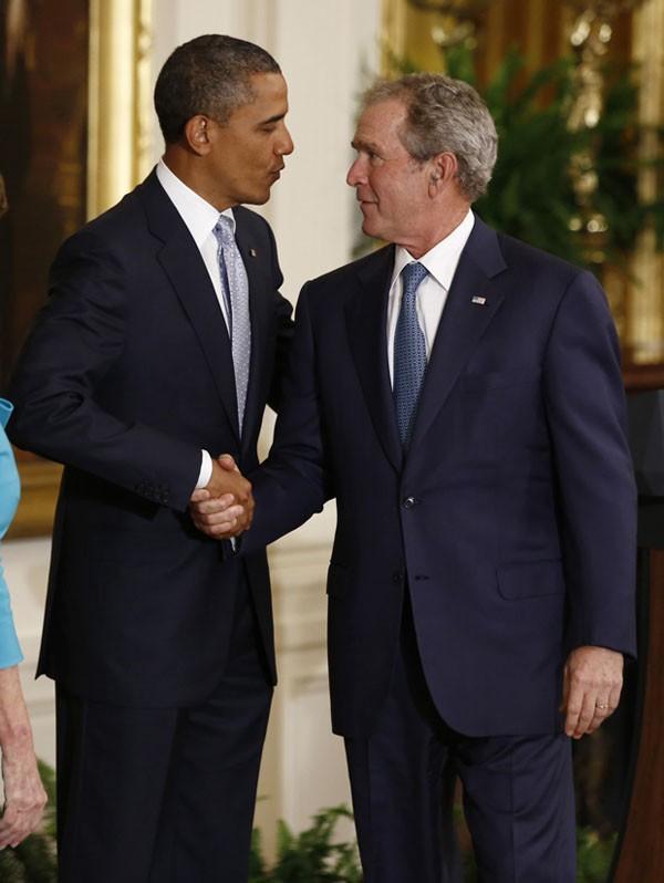 Obama e Bush se cumprimentam durante evento na Casa Branca (Foto: Jason Reed/Reuters)