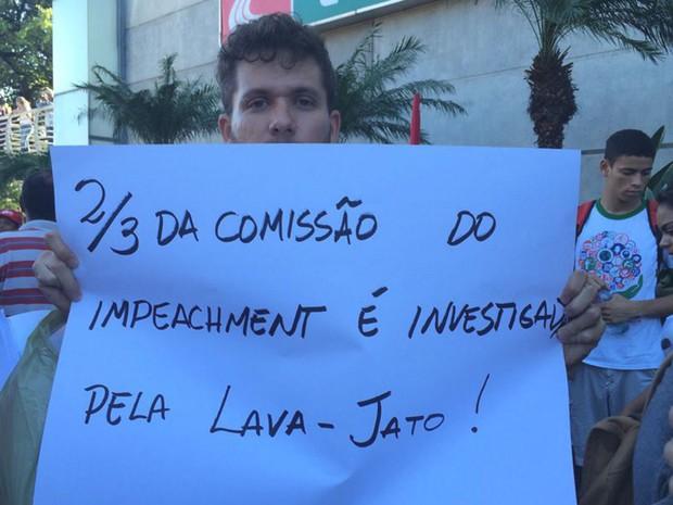 Manifestante exibe cartaz contra comissão do impeachment de Dilma (Foto: Fernanda Zauli/G1)