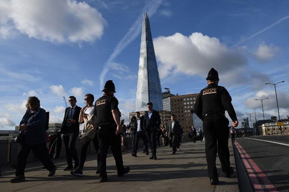 Policiais patrulham a London Bridge nesta segunda-feira (5), que ficou interditada após o ataque terrorista de sábado (3)  (Foto: Justin Tallis / AFP)