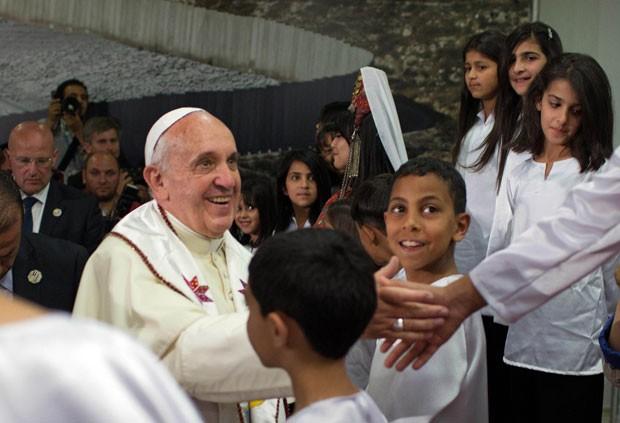 O Papa Francisco encontra meninos palestinos refugiados, neste domingo (25), em Belém, na Cisjordânia (Foto: Menahem Kahana/AP)