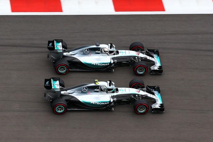 Lewis Hamilton passa Nico Rosberg no GP da Rússia (Foto: Getty Images)