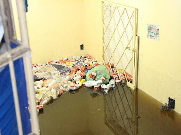 Água invadiu casa e lixo ficou acumulado (Foto: Marina Souza/G1 AM)
