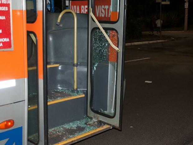 Ônibus foi alvo de vandalismo na Praça Portugal (Foto: Paulo Macarini/Agência Bom Dia)