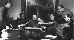 Pinochet com militares em setembro de 1973 (Foto: AFP)
