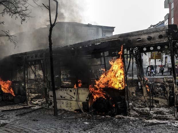 Ônibus foi incendiado por manifestantes curdos em Istambul durante manifestação contra a ação do grupo Estado Islâmico na cidade de Koboni, na Síria (Foto: AFP PHOTO/OZAN KOSE)