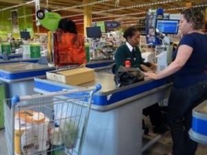 Sacolinhas não estão visíveis para os consumidores nos caixas (Foto: Eduardo Guidini/G1)