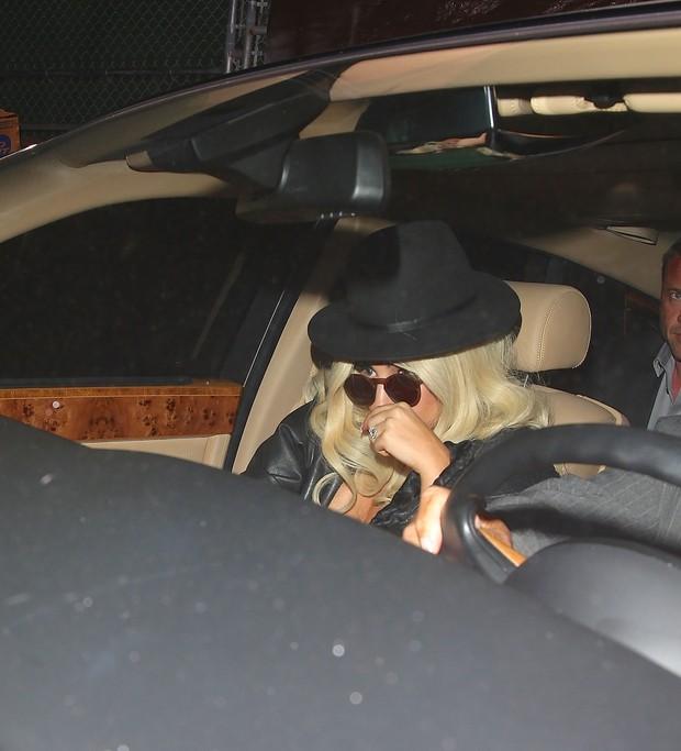 X17 - Lady Gaga deixa restaurante em Los Angeles, nos Estados Unidos (Foto: X17online/ Agência)