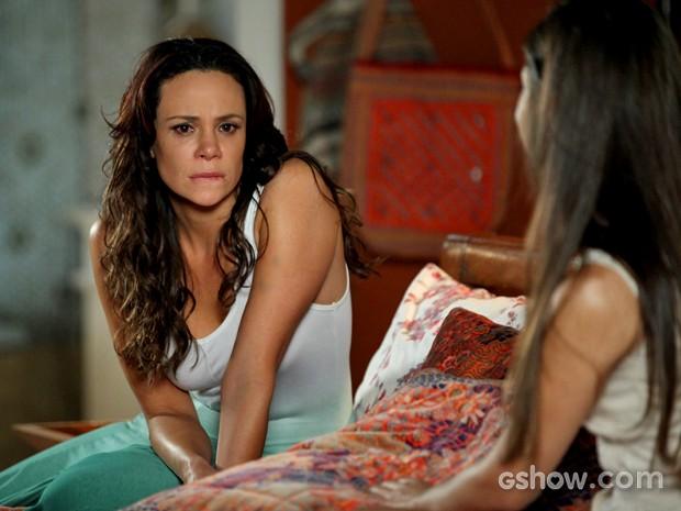 Juliana fica chocada ao saber que Bia pode ser filha de Nando (Foto: Camila Camacho/ TV Globo)