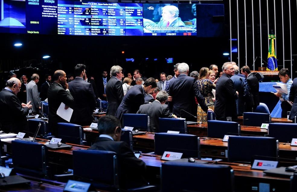 Senadores reunidos durante sessão no plenário do Senado (Foto: Jonas Pereira/Agência Senado)