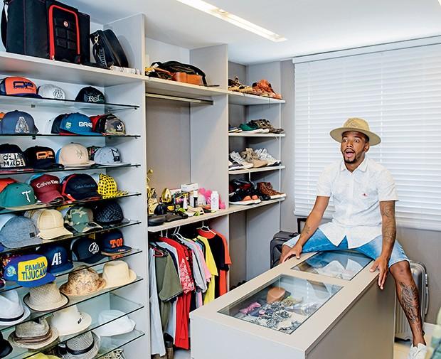 No closet, parte dos seus 720 bonés e dos 1.200 pares de tênis  (Foto:  )