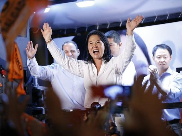 Candidata à presidência do Peru pelo partido Fuerza Popular, Keiko Fujimori, acena para eleitores no domingo (10). Ela irá para o segundo após conseguir 40% dos votos no primeiro turno da eleição  (Foto: Luka Gonzales / AFP)