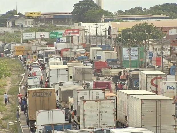 No Ceará, protesto dos caminhoneiros iniciou na tarde de terça-feira e deixou a BR-116  congestionada (Foto: TV Verdes Mares/Reprodução)
