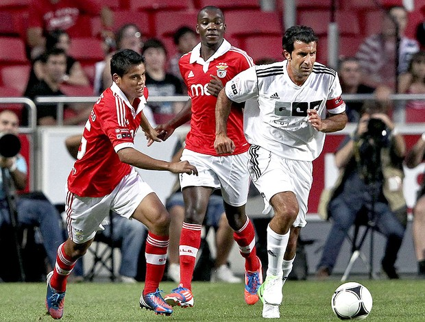Figo no amistoso do Benfica contra os amigos do Figo (Foto: EFE)