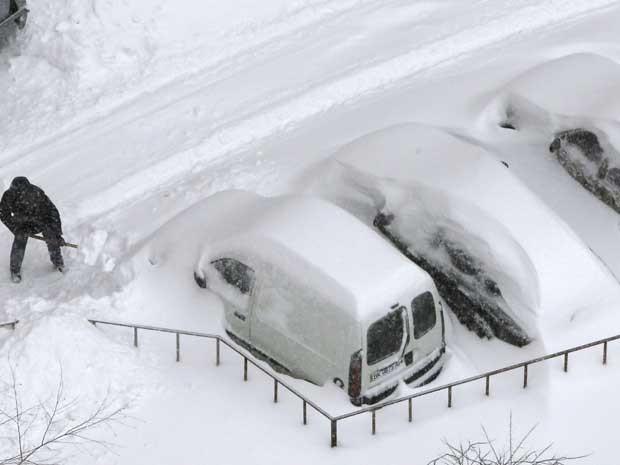 As tempestades cobriram carros em Kiev, forçando proprietários dos veículos a usar pás para 'desenterrar' os veículos. (Foto: Efrem Lukatsky / AP Photo)