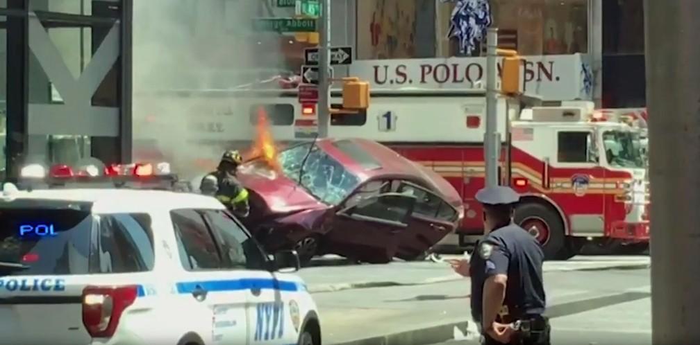 Carro ficou inclinado quando parou após atropelar 23 pessoas (Foto: Saulo de Carvalho/Arquivo Pessoal)
